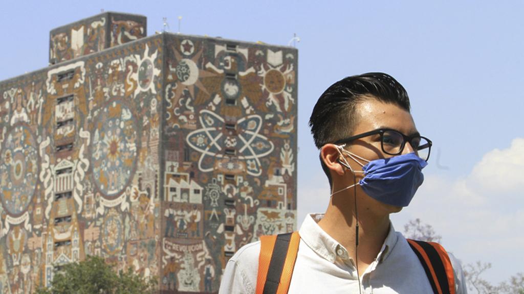 Listas las sedes de la UNAM para aplicar examen de admisión a licenciatura - Alumno de la UNAM con cubrebocas para prevenir el COVID-19. Foto de @UNAM_MX