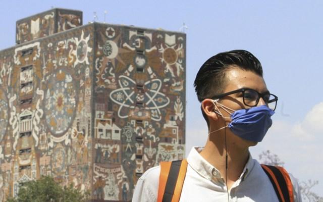 Amplía la UNAM plazo de suspensión de reuniones hasta enero de 2021 - Alumno de la UNAM con cubrebocas para prevenir el COVID-19. Foto de @UNAM_MX