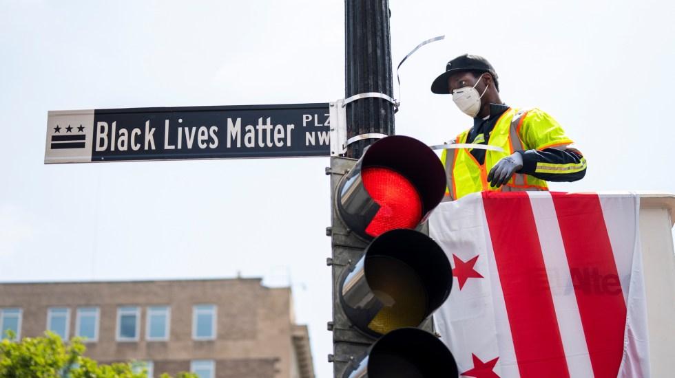 Empresas declaran festivo aniversario del fin de la esclavitud en EE.UU. - Cambio de nombre de la calle 16 a 'Black Lives Matter' en Washington DC. Foto de EFE
