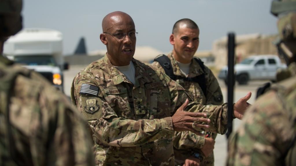 Senado de EE.UU. ratifica al primer negro al frente de una rama militar - Charles Q. Brown Jr.