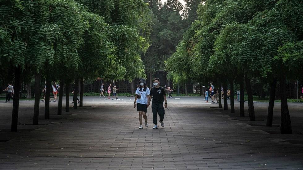 Confinan tras brote de COVID-19 a 400 mil habitantes de poblado cercano a Beijing - Foto de EFE/EPA/ROMAN PILIPEY.