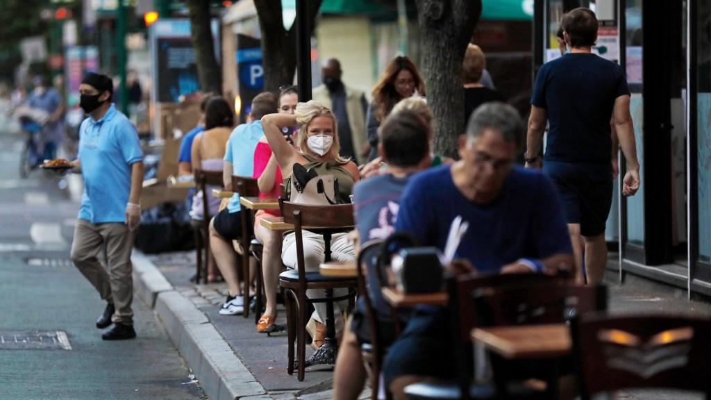 Ciudad de Nueva York espera entrar en fase 3 de reapertura el 6 de julio - Con la fase 3, en la ciudad de Nueva York las personas ya pueden  comer al interior de restaurantes y no solo en las terrazas. Foto de EFE