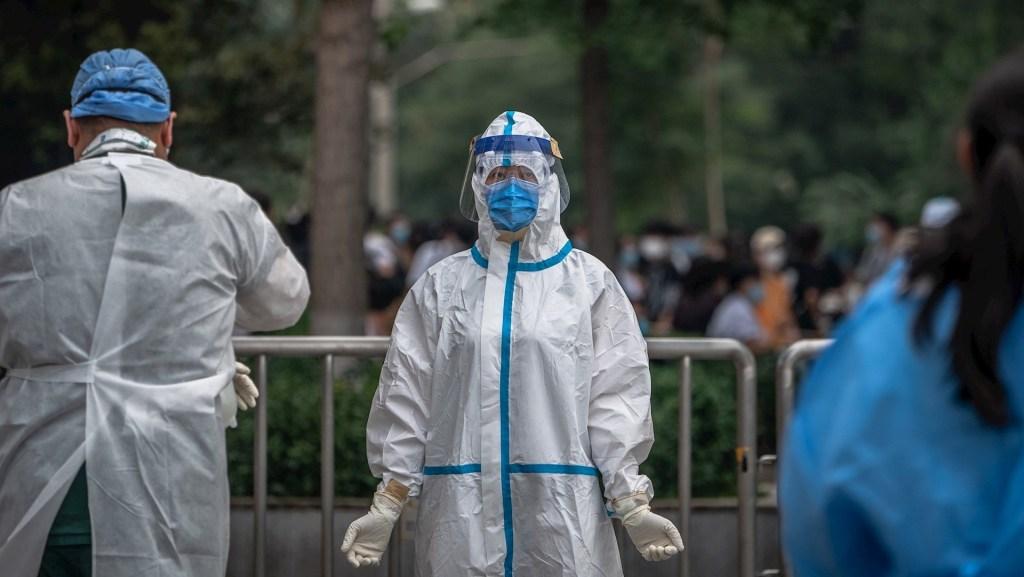 Japón pide a China no someter a ciudadanos a pruebas anales de COVID-19 - Atención al COVID-19 en Beijing, China. Foto de EFE/EPA/ROMAN PILIPEY