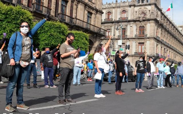 Damnificados de terremoto de 2017 en México piden soluciones 33 meses después - Damnificados del terremoto del 19 de septiembre de 2017 se manifiestan frente al edificio del Gobierno de la Ciudad de México. Foto de EFE
