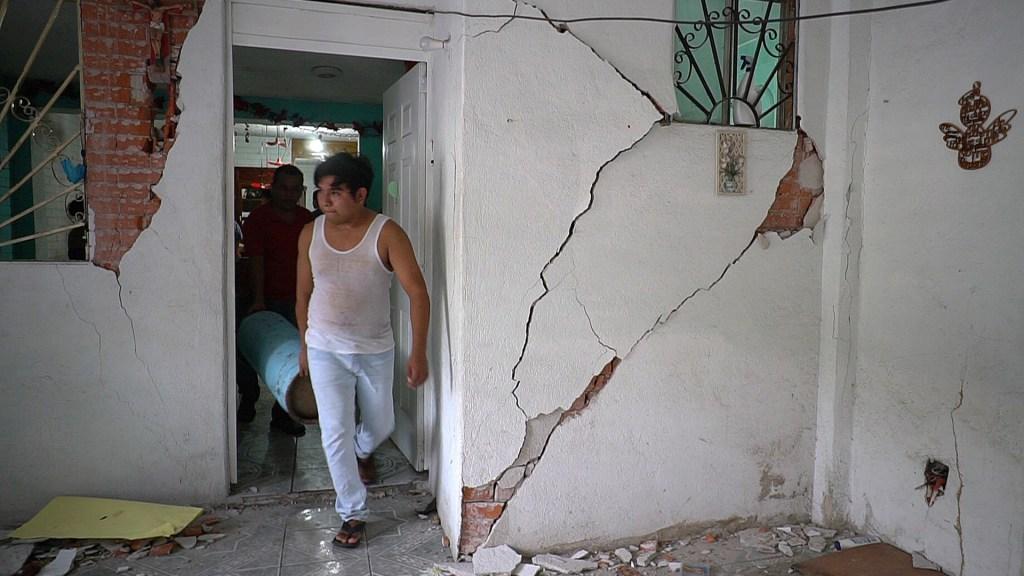 Aumenta a 10 el número de muertos por sismo en Oaxaca - Daños en casa por sismo de 7.4 en Crucecita, Oaxaca. Foto de EFE