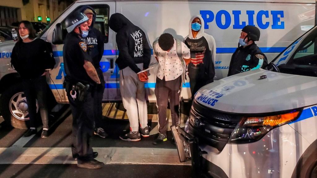Nueva York investiga nuevo caso de brutalidad policial contra menor - detenidos disturbios nueva york