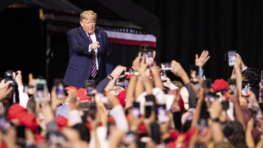 Seis miembros del equipo de campaña de Trump dan positivo a COVID-19 - Donald Trump en mitin. Foto de EFE
