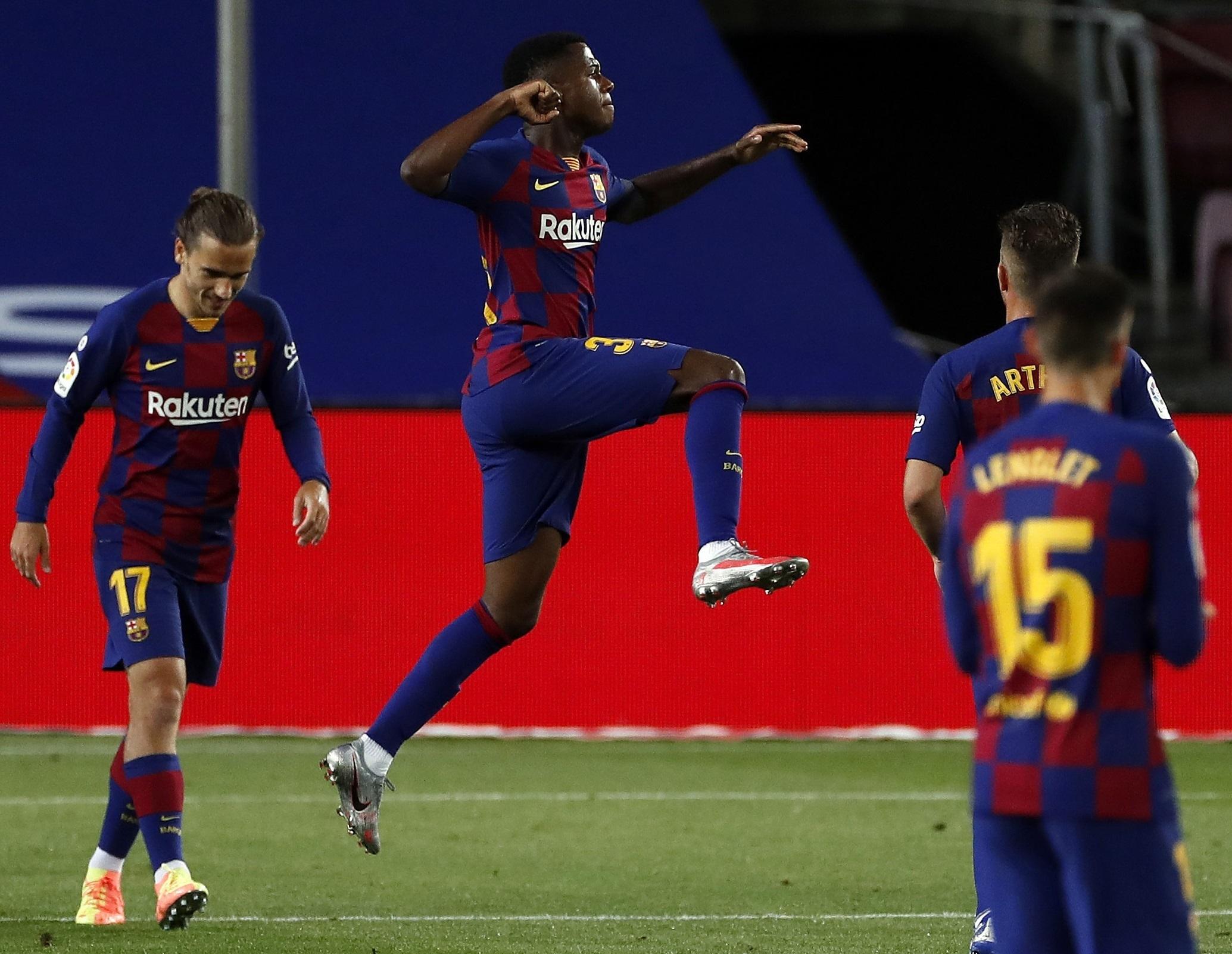 El delantero del FC Barcelona, Ansu Fati (2i), celebra el primer gol del equipo blaugrana durante el encuentro correspondiente a la jornada 29