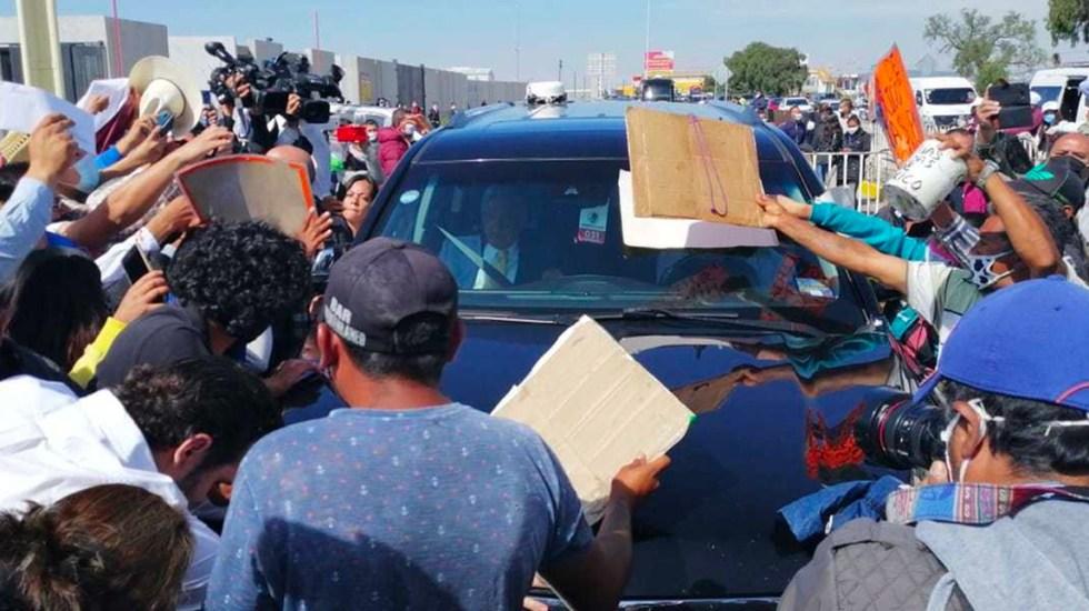 Entre empujones, inconformes reciben en Hidalgo al presidente López Obrador - El presidente Andrés Manuel López Obrador se enfrentó a un grupo de inconformes al salir del C5i de Hidalgo