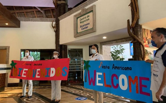Puerto Vallarta reabre al turismo; hoteles reciben con mariachi a huéspedes - Empleados del hotel Fiesta Americana en Puerto Vallarta recibieron con letreros de bienvenida a sus primeros huéspedes tras la pandemia de COVID-19. Foto de Milenio