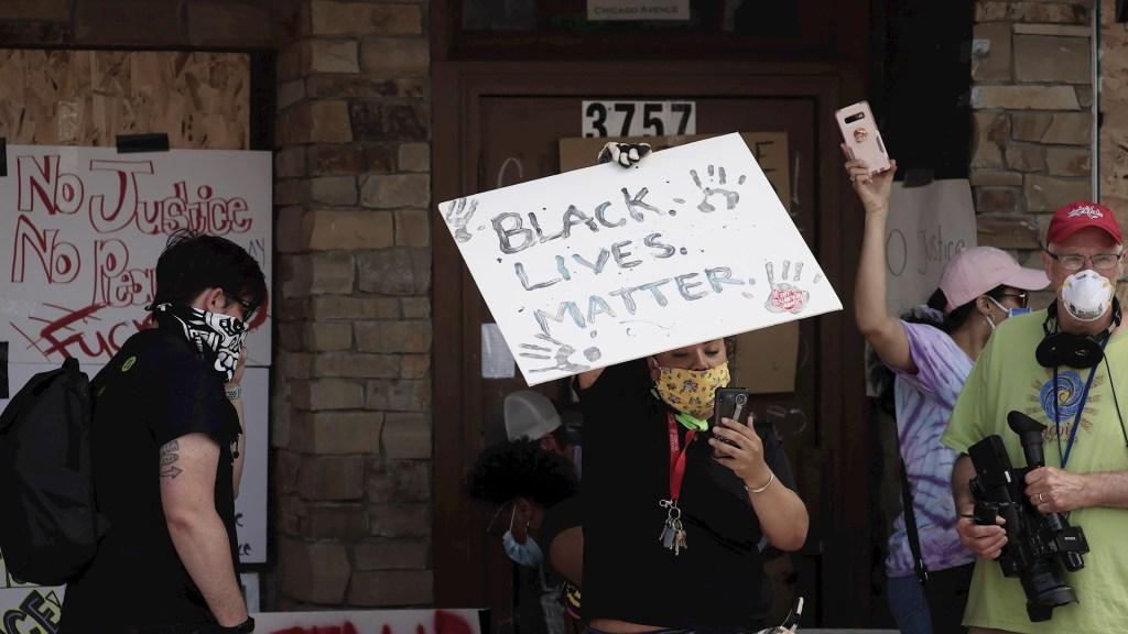 """Obama convoca a lograr """"un cambio real"""" tras protestas por asesinato de George Floyd - Movilizaciones en Minneapolis, Minnesota, por el asesinato de George Floyd. Foto de EFE/ EPA/ TANNEN MAURY."""