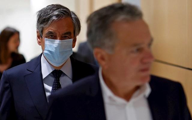 François Fillon condenado a dos años por emplear de forma fraudulenta a su mujer - Francois Fillon camino a la Corte en París. Foto de EFE/EPA/IAN LANGSDON.