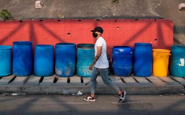 ONU celebra acuerdo entre gobierno venezolano y oposición sobre gestión de ayudas por COVID-19 - Hombre camina por calles de Caracas, Venezuela