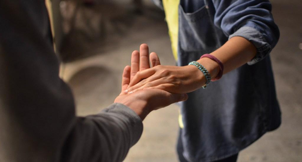 Personas tienden a ayudar a otros aun si les supone un esfuerzo, determina estudio - Imagen ilustrativa de ayuda a otra persona