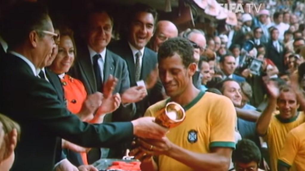 Se cumple medio siglo de la victoria de Brasil en México 70 - La Copa Jules Rimet, levantada por el capitán Carlos Alberto Torres. Foto de FIFA TV