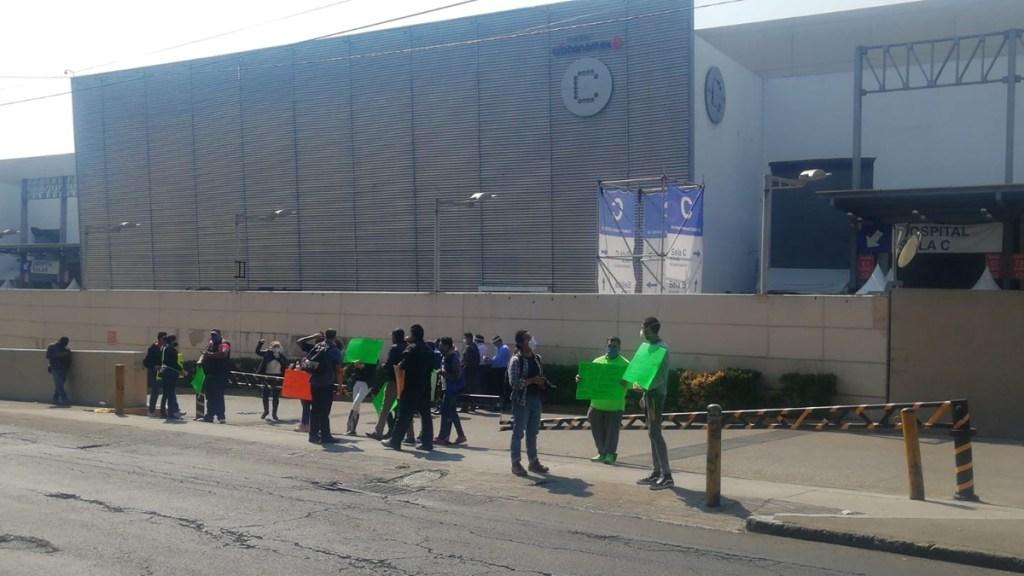 Protesta personal del hospital COVID-19 en Centro Citibanamex - Manifestación afuera del Centro Citibanamex. Foto de @mariolm25