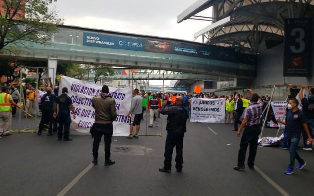 Trabajadores bloquean circulación frente al AICM; exigen pago de utilidades - Manifestación frente al AICM