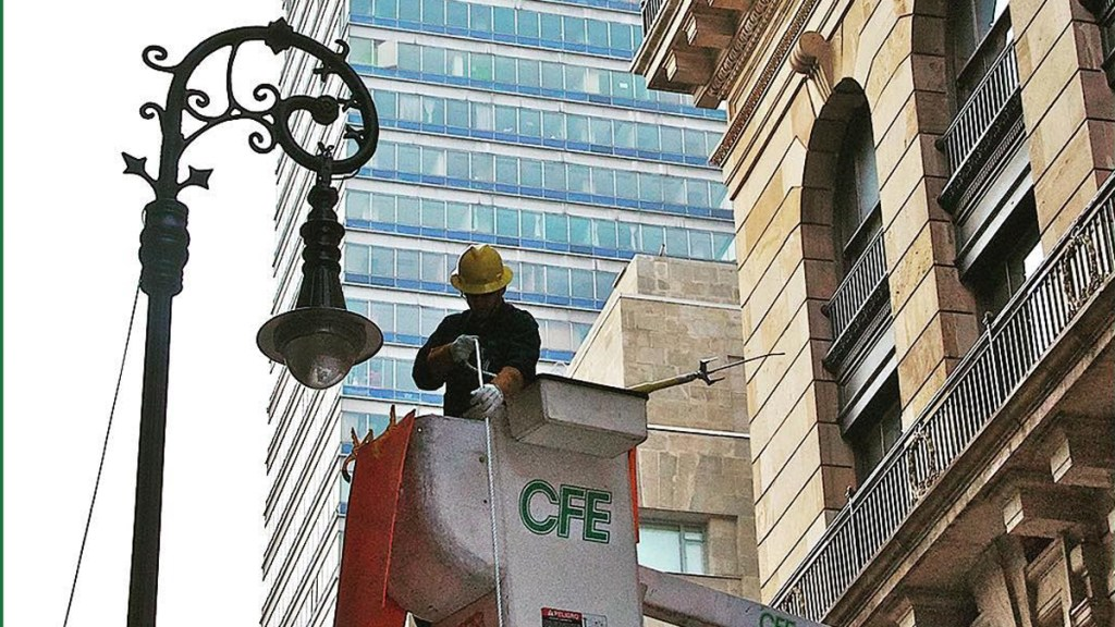"""EE.UU. pide que México brinde """"un ambiente de libre inversión"""" en el sector eléctrico - Mantenimiento de CFE a la red eléctrica de la Ciudad de México. Foto de @cfe_nacional"""