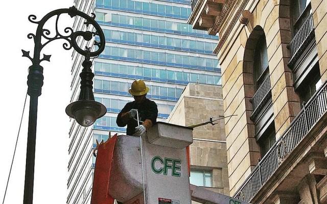 Los cinco problemas del sector eléctrico público y privado en México - Mantenimiento de CFE a la red eléctrica de la Ciudad de México. Foto de @cfe_nacional