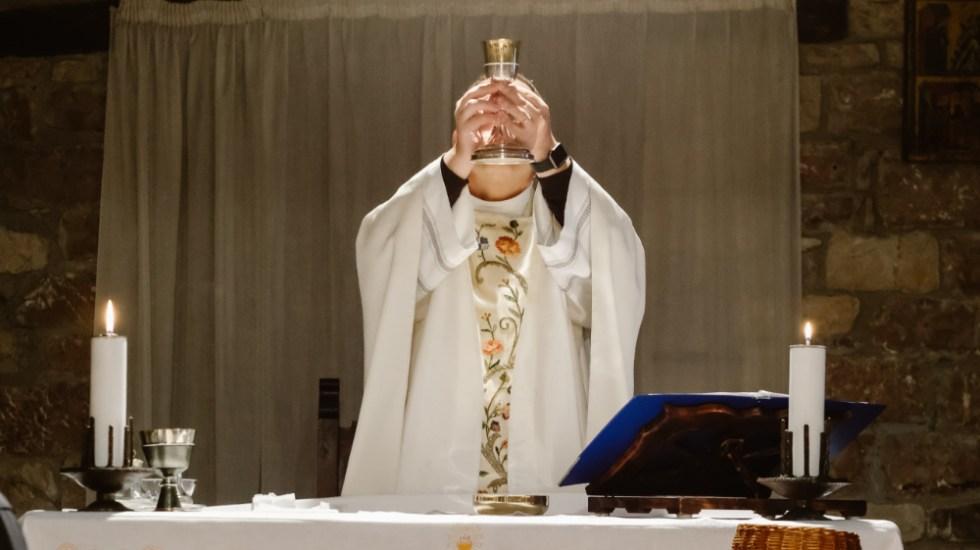 Sacerdote alemán da positivo a COVID-19 tras oficiar misas con asistencia de personas - Sacerdote oficia misa en iglesia. Foto de Josh Applegate para Unsplash