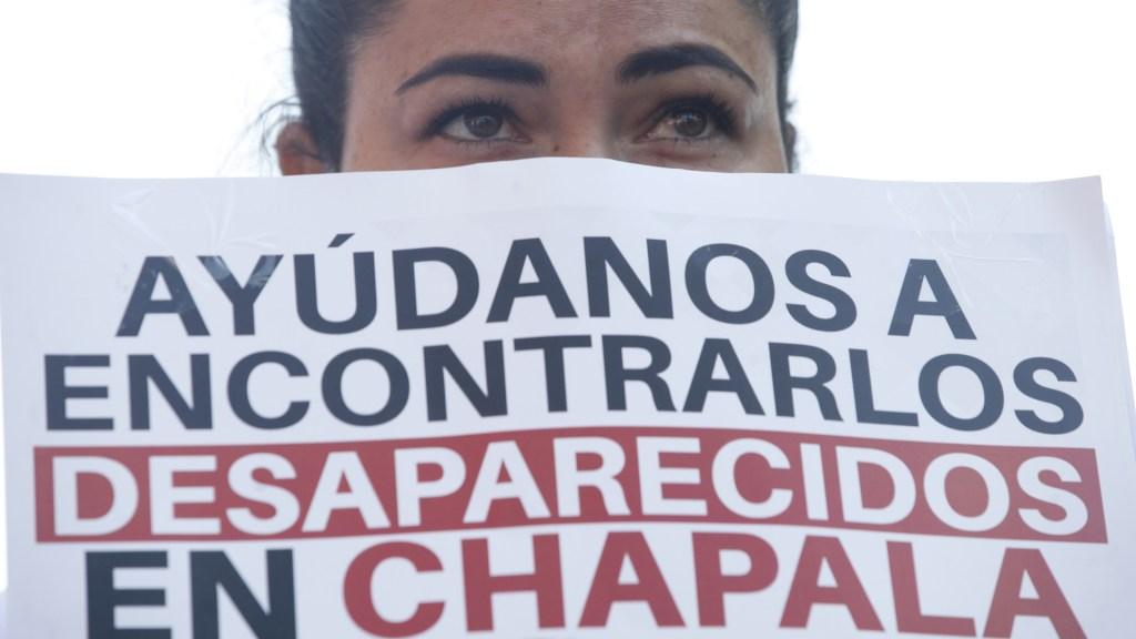 Protestan en Jalisco por 'ola de desapariciones' de personas - Mujer protesta por la desaparición de los jóvenes Griselda Gutiérrez, Ángel Adán Martínez y Wenceslao Mendoza, en Chapala, Jalisco. Foto de EFE