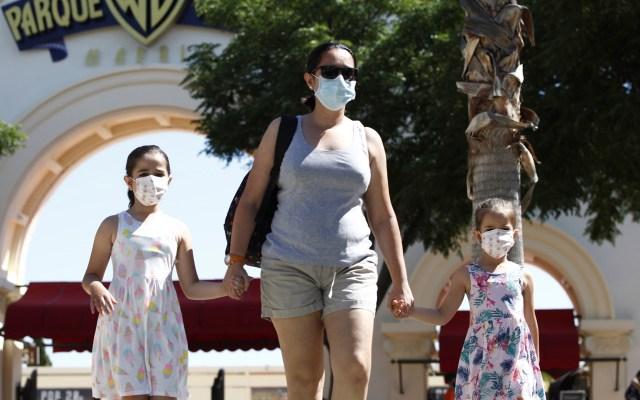 España registra su mayor número de contagios de COVID-19 desde desconfinamiento - Mujer y sus hijas en parque temático de productora de cine en Madrid, España. Foto de EFE