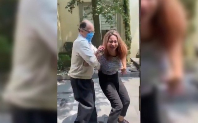 Notario que agredió a su esposa podría perder patente, confirma Secretaría de Justicia de Edomex - Agresión de Álvarez de Alba a su esposa en calles de Naucalpan. Captura de pantalla