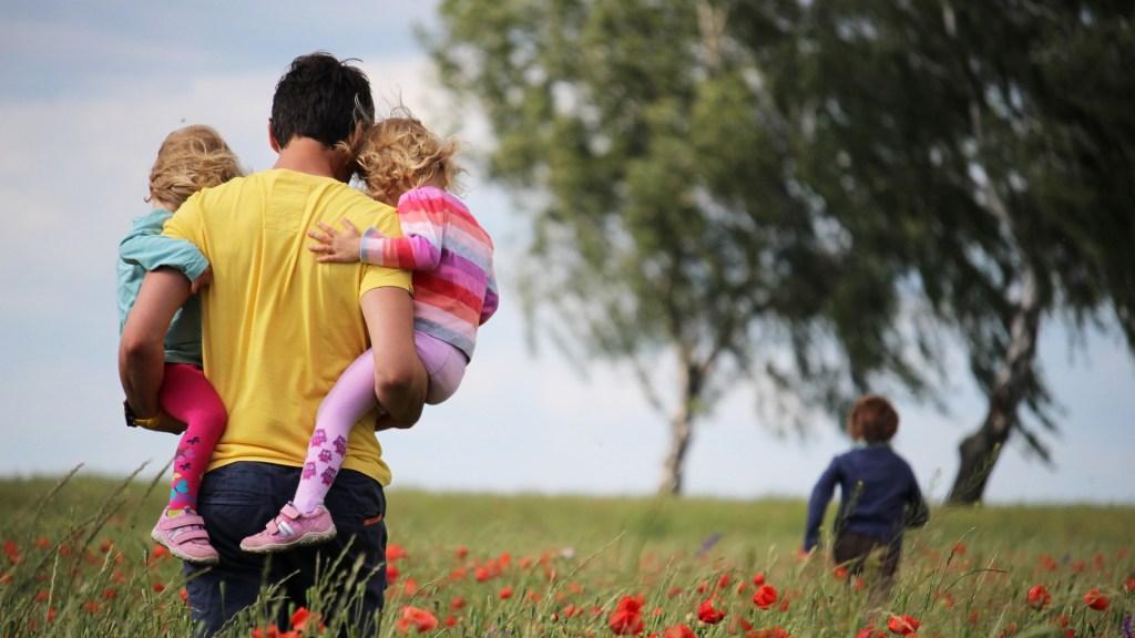 Día del Padre: Las fechas para festejarlo en todo el mundo - Padre cargando a sus hijos. Foto de Juliane Liebermann / Unsplash