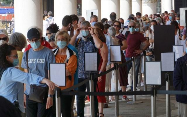 Bajan nuevas defunciones por COVID-19 en Italia; suman 34 mil 345 - Personas formadas para visitar el Palacio Ducala de Venecia, Italia. Foto de EFE