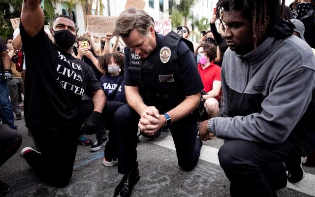California prohíbe capacitación policíaca de sometimiento por cuello - Policía de Los Ángeles, California, hincó su rodilla en protesta por muerte de George Floyd. Foto de EFE