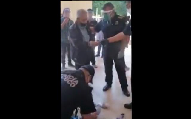 #Video Policías compran mercancía a vendedor ambulante de la tercera edad en Texcoco - Policía Texcoco compra productos