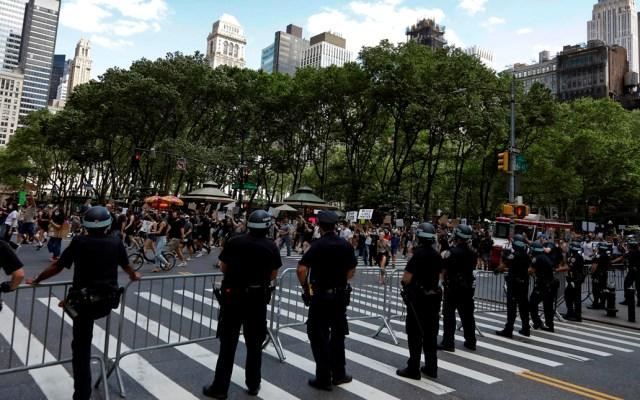 Concejo de Nueva York podría recortar mil mdd al presupuesto de la policía - Policías de Nueva York durante protesta contra el racismo