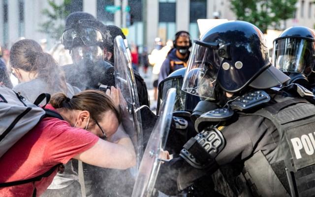 Organizaciones acusan a Trump de represión a manifestantes - Policías rocían gas pimienta a manifestantes que acudieron a protestar a la Casa Blanca el 1 de junio. Foto de EFE
