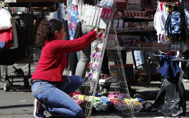 Reabren comercios y puestos callejeros en la Ciudad de México pese a restricciones - Puesto callejero de venta de cubrebocas de tela en la Ciudad de México. Foto de EFE