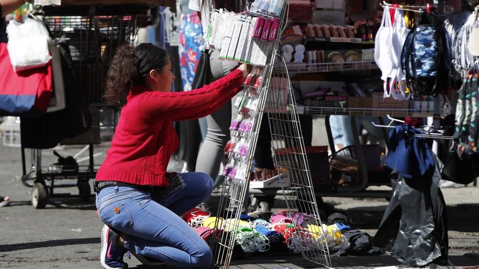 """Ciudad de México reitera que """"cerrar no es una opción"""" en tercera ola de COVID-19 - Puesto callejero de venta de cubrebocas de tela en la Ciudad de México. Foto de EFE"""