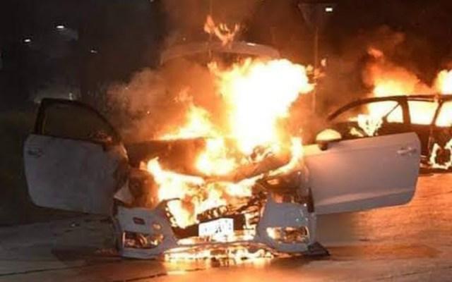 Enfrentamientos dejan 12 muertos en Caborca, Sonora - Quema de vehículos en Caborca, Sonora. Foto Especial / Twitter