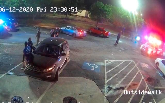 ONU debate crear comisión que investigue racismo y violencia policial en EE.UU. - Captura de un video de vigilancia publicado por la Oficina de Investigación de Georgia (GBI) que muestra una ambulancia (R) llegando a auxiliar a Rayshard Brooks después de que un oficial de policía de Atlanta le disparó y lo mató el 12 de junio en Atlanta, Georgia, el 14 de junio de 2020. Foto de EFE