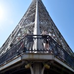 Francia apuesta por su competitividad para reforzar la inversión española - Varias personas visitan la Torre Eiffel en París, Francia, durante el primer día de su reapertura. Foto de EFE/ Julien De Rosa.