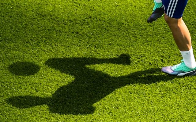 Conmebol ayudará con 6 mdd a sus 10 federaciones por COVID-19 - Silueta de jugador. Foto de EFE
