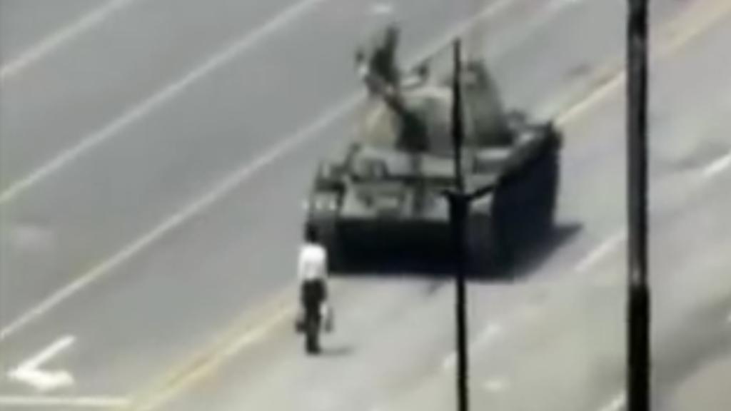 #Video El hombre que enfrentó a un tanque en la plaza de Tiananmen - Tanque china hombre