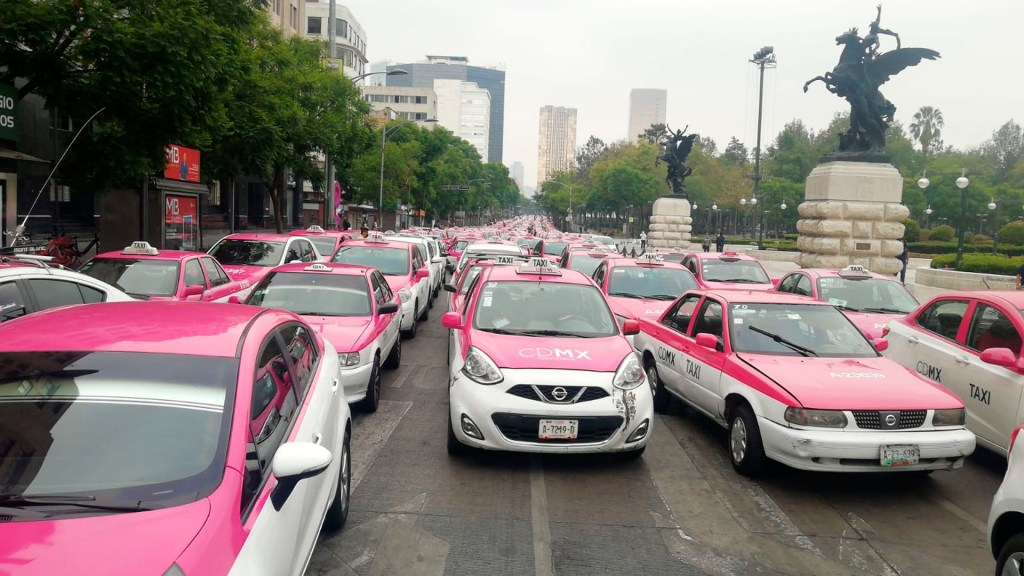 Taxistas realizan mitin en el Hemiciclo a Juarez por apoyos ante COVID-19 - La movilización de Taxistas en el Hemiciclo a Juárez.