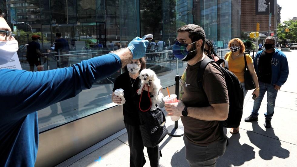 Ciudad de Nueva York ha prevenido hasta 15 mil contagios de COVID-19 con pruebas y seguimiento de casos - Toma de temperatura a personas antes de ingresar a una tienda en la ciudad de Nueva York. Foto de EFE