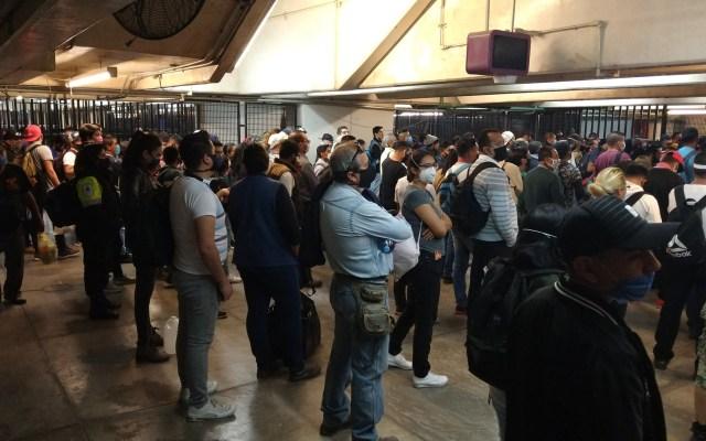 Metro suspende servicio en dos estaciones de la Línea A - Usuarios de la Línea A del Metro se preparan para salir de las instalaciones tras anuncio de suspensión parcial del servicio. Foto de @CharliGarcia013