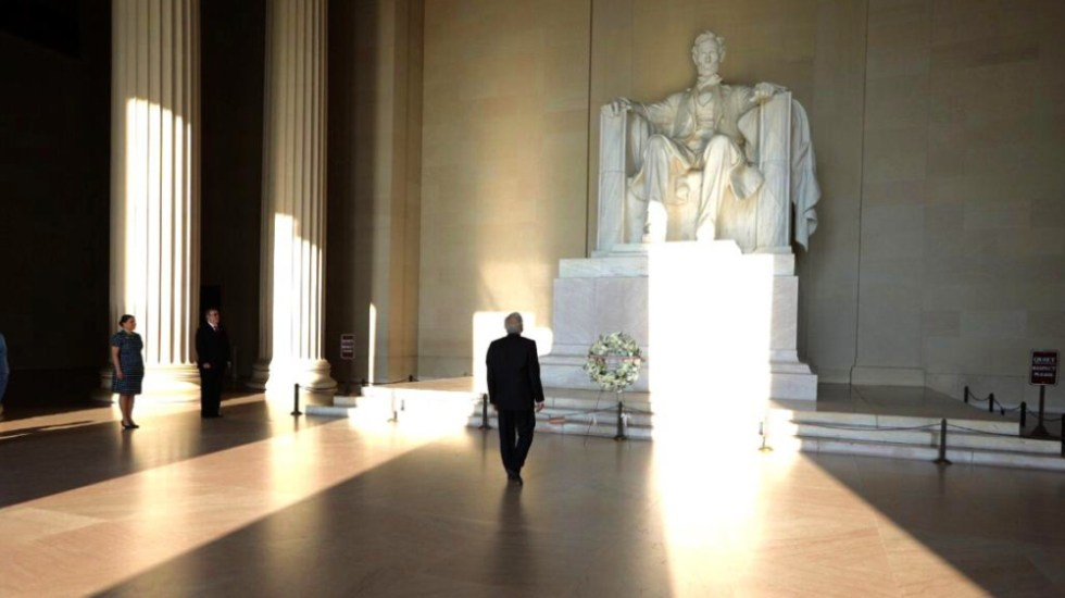 AMLO deposita ofrenda floral en monumento a Abraham Lincoln - Foto de @r_velascoa