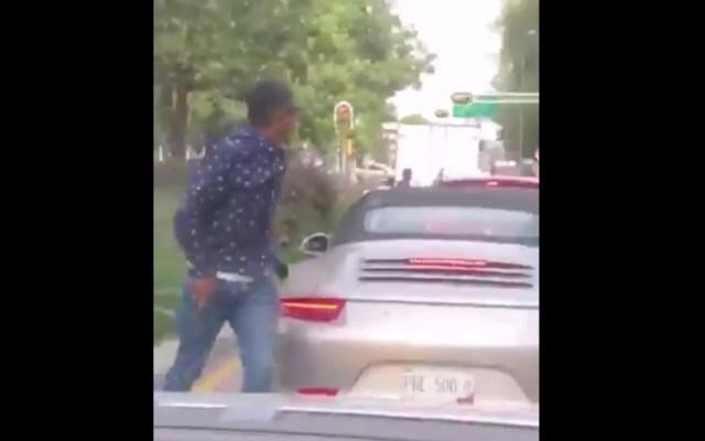 #Video En segundos, sujeto asalta a conductor de Porsche en Benito Juárez - Captura de pantalla