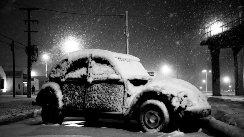 Ola de frío polar congela a la Patagonia con temperaturas de -16° - Automóvil cubierto de hielo en una zona de la ciudad de Río Grande (Argentina) por ola de frío polar. Foto de EFE