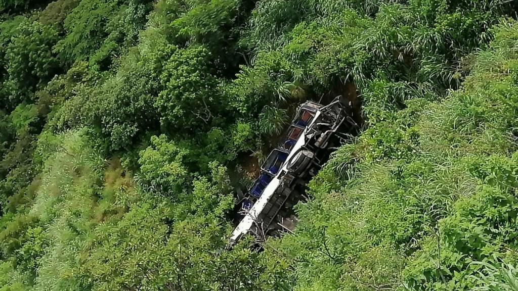 Autobús de pasajeros cae a barranco en Chiapas; muere un hombre - Autobús de pasajeros que cayó a barranco en Chiapas. Foto de @pcivilchiapas
