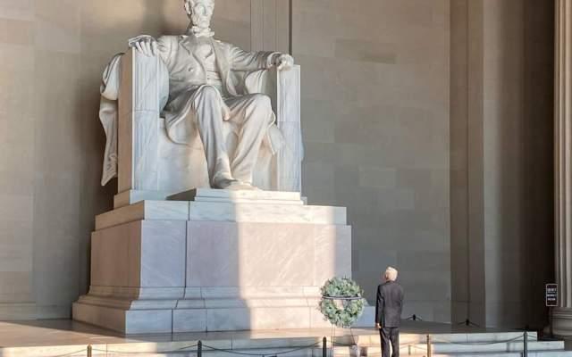 López Obrador deposita en Washington D.C. ofrenda floral en monumentos de Abraham Lincoln y Benito Juárez