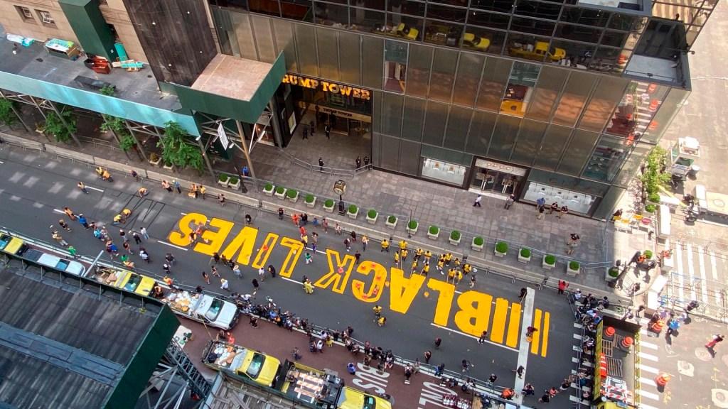 "#Video Pintan la frase ""Black Lives Matter"" frente a la Torre Trump en Nueva York - Black Lives Matter Torre Trump"