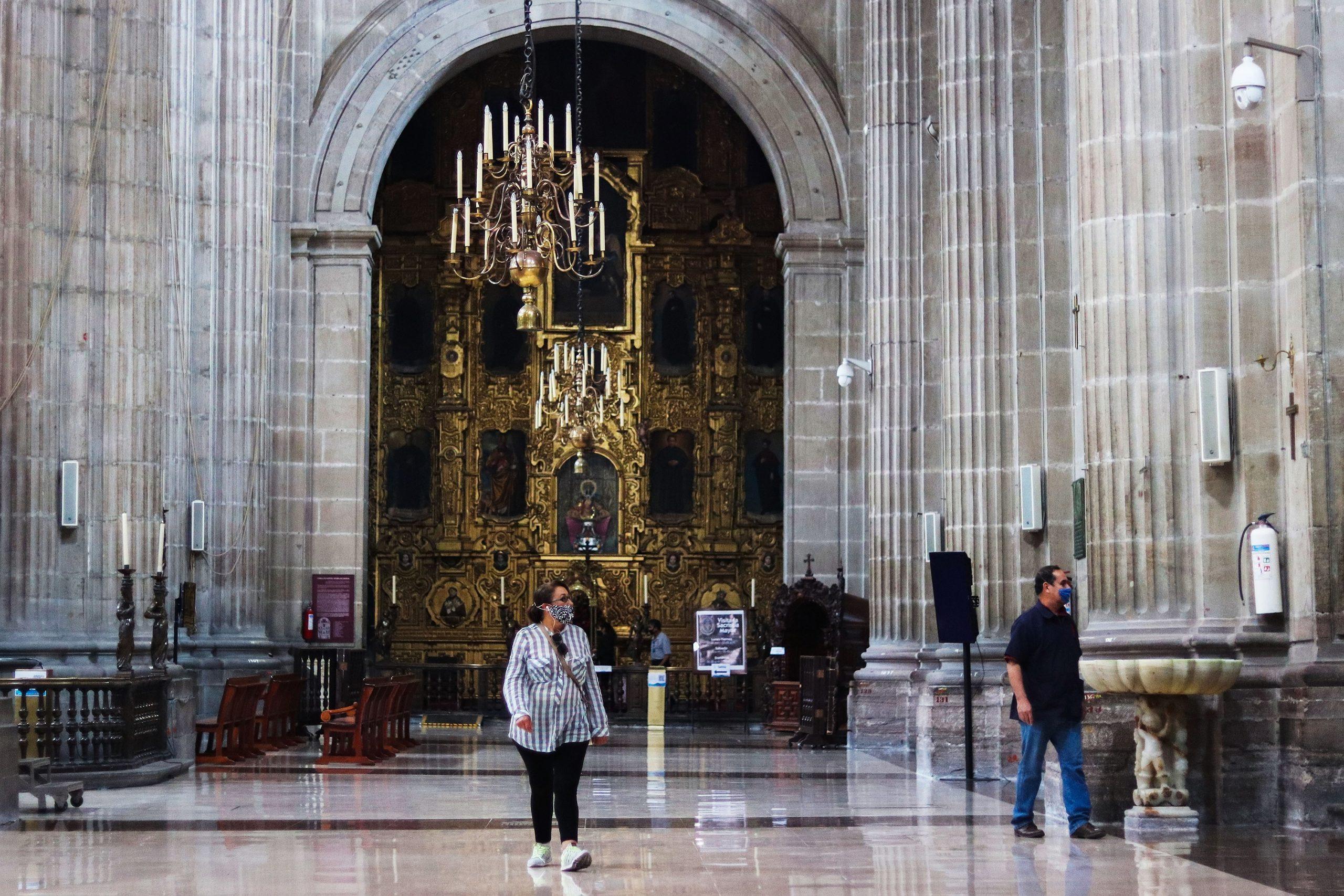 Feligreses católicos acuden este domingo a la Catedral Metropolitana de la Ciudad de México. Foto de EFE/José Pazos.